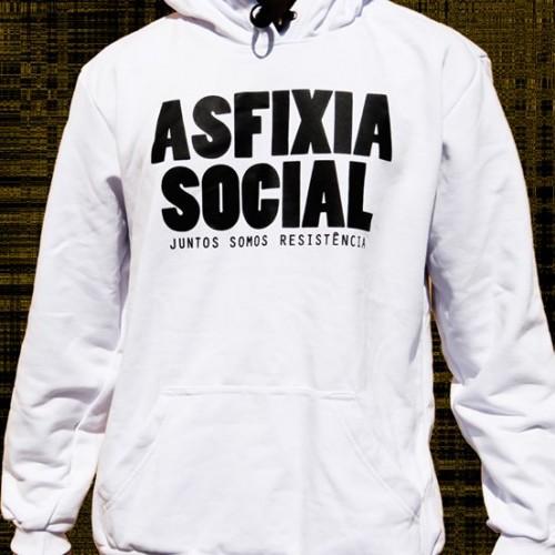 """Moletom Branco """"Asfixia Social - Juntos Somos Resistência"""", estampa preta, com bolso e capuz."""